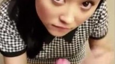 极品高颜值漂亮华裔妹子跪舔狂吃大洋屌 那表情骚透了