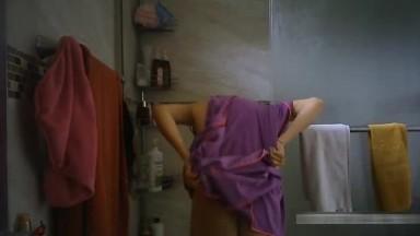 色房东低价租房给漂亮美眉浴室偷放摄像头偷窥人家洗澡这妹子下面毛不是一般多性欲一定很强