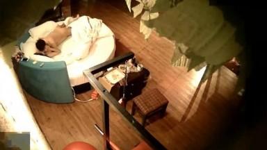 精品酒店蓝色圆床偷拍眼镜哥带了不少吃的探望异地读书的女友刚吃饱就玩六九香肠的味道如何