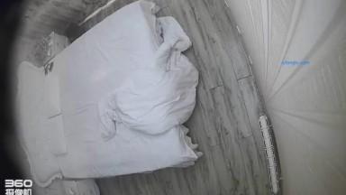 精品酒店欧式大床偷拍少妇型富姐衣服未脱就骑在帅哥身上搞还说自己很有肉感